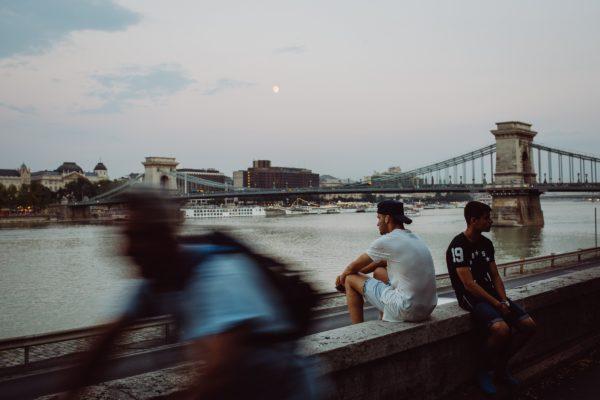 """Kostenloses lizenzfreies Bild der AdSimple Content Marketing Agentur mit dem Titel """"Menschen, Fluss, Brücke und Wasser"""" zu den Stichworten 2018, Frühling"""