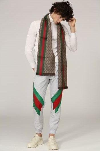 140ecaf54a4 ... Kleidungsstück in der gewünschten Größe nicht verfügbar ist, setzt man  sich vor den PC oder Laptop und sucht bei Luisaviaroma nach Gucci Herren  Mode.